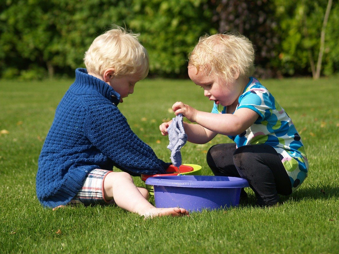 Send ungerne ud at lege på den nye græsplæne
