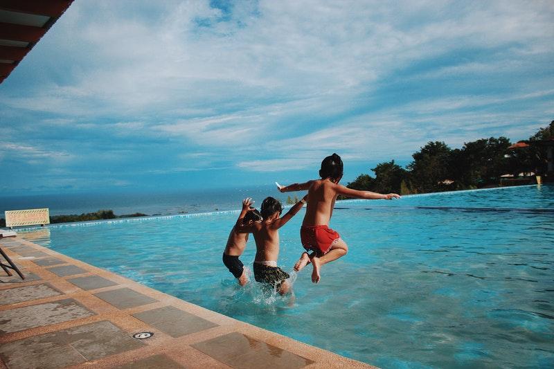Tag på billig sommerferie med familien